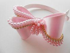 Tiara rosa infantil, cetim, laço com aplicações de pérolas rosa e strass.