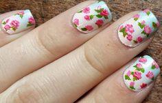 Diseños de uñas con rosas flores, diseño de uñas con rosas y hojas.   #decoraciondeuñas #instanails #uñasdemoda
