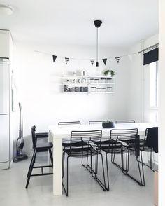 Mustaa ja valkoista ruokailutilassa. Kodikkuutta tuo takaseinän String hyllyköillä olevat kupit ja säilytyspurkit.