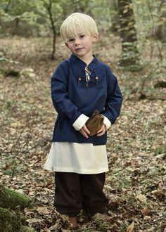 """Have a look at our medieval shirt """"Colin"""" for children. So cute! The straight cut shirt is very versatile - equally suited for the portrayal of pirates, squires or knights. // Schau mal, unser Mittelalter-Hemd """"Colin"""" für Kinder! Das gerade geschnittene Hemd ist ein Klassiker der mittelalterlichen Gewandung und vielseitig einsetzbar z.B. als Piraten-, Knappen- oder Ritterhemd. // #medieval #Mittelalter #kidsclothes #kidsgarments Viking Dress, Medieval Dress, Medieval Fashion, Chainmail Shirt, Viking Reenactment, Cool Poses, Halloween Kostüm, Cut Shirts, Shirt Outfit"""