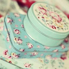 . Vintage Tins, Vintage Love, Cottage Chic, Cottage Style, Cath Kidston Home, Turquoise Cottage, Granny Chic, Pip Studio, Pretty Box