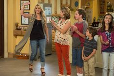Jodie Sweetin, Andrea Barber, Michael Campion, Elias Harger, Soni Bringas ~ Fuller House Behind the Scenes ~ Season Episode 1 Full House, House 2, Ramona Fuller House, Michelle Tanner, Uncle Jesse, John Stamos, Newest Tv Shows, Teenage Daughters, Celebs