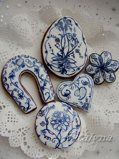 blue and white Gingerbread cookies with Meissen Blue Onion porcelain effect painted on fondant, but also works on Royal Icing by Natalyna (baker extraordinaire) Fancy Cookies, Iced Cookies, Cute Cookies, Royal Icing Cookies, Cupcake Cookies, Vintage Cookies, Paint Cookies, Blue Onion, Galletas Cookies