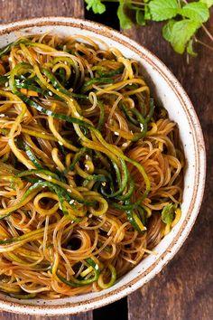 Schneller Glasnudel-Salat mit Gurken-Spaghetti, Sesam und Minze. Dieses 10-Minuten Rezept ist schnell, leicht und trotzdem sättigend. Sooo gut - kochkarussell.com
