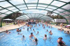 Gezellig druk in het overkapte buiten zwembad. Park, Chalets, Parks