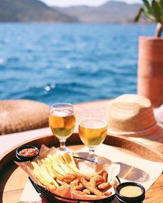 Karia Bel'de Öğlen:Bozburun otları ile hazırlanmış çıtır tavuk patates, yanında soğuk bira  www.kucukoteller.com.tr/marmaris-bozburun-otelleri.html