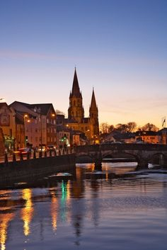 A beautiful sunset over the river in Cork. Won't you like to stay right there staring at it?   via hayfieldmanor.ie