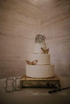 30 Tolle Harry Potter Hochzeit Ideen Best Picture For wedding cake toppers birds For Your Taste You are looking for something, and it is going to tell you exact Bolo Harry Potter, Harry Potter Wedding Cakes, Harry Potter Thema, Harry Potter Food, Harry Wedding, Themed Wedding Cakes, Unique Wedding Cakes, Wedding Cake Designs, Wedding Cupcakes