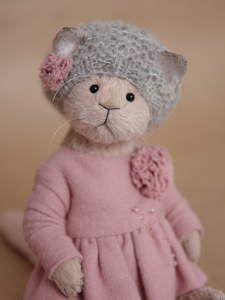 Tatiana Krivitskaya - Artist Bears and Handmade BearsTeddy Cat Magalie – shop online on Livemaster with shippingHandmade Teddy Bears and Artist Bears - Thousands of collectable bears displayed by the artists themselves.Magalie - buy or order in an Teddy Bear Toys, Cute Teddy Bears, Knitted Animals, Felt Animals, Muñeca Diy, Sewing Crafts, Sewing Projects, Little Cotton Rabbits, Fabric Toys