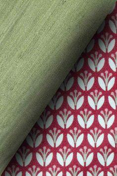 Stoffdetail des Modells Oscar. Blumen Print auf hochwertiger Baumwolle, kombiniert mit edler Seide.