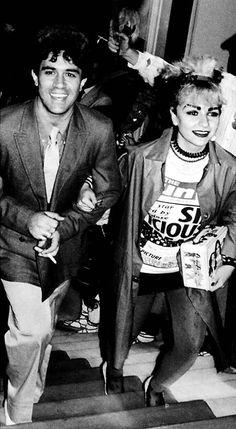Almodóvar junto a una de sus primeras musas, Alaska. En 1980, el director estrena su primer largometraje comercial: 'Pepi, Luci, Bom y otras chicas del montón'. Interpretada por Carmen Maura, Alaska y Eva Silva, la película muestra la cúspide de 'La Movida' en la vida de tres mujeres. (Foto: EL MUNDO)