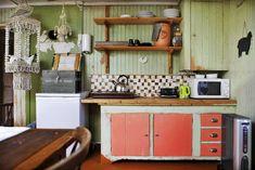 Kjøkkenhygge: Gammelhuset har også et kjøkken, det er her de åtte frierne skal stelle og stulle. Huset har ikke bad, men det er et ekstra bad i hovedhuset de får bruke. Kitchen Cabinets, Shelves, Home Decor, Shelving, Shelving Racks, Interior Design, Home Interior Design, Planks, Dressers