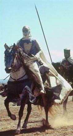 [Montgisard]. Les habitants de Jérusalem se retiraient dans la citadelle de David. Dans cet état des choses, le roi sortit d'Ascalon et se disposa à marcher à leur rencontre, jugeant qu'il valait mieux encore tenter le combat que d'abandonner son peuple au pillage et au massacre. Il suivit le rivage afin de marcher sans être découvert et arriva à l'improviste dans la plaine où Saladin s'était arrêté. Aussitôt il dirigea de son côté toutes les forces dont il pouvait disposer pour le combat.