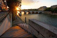 Coucher de soleil sur le Pont Neuf, photographié depuis le quai de l'Horloge - Ile de la Cité Paris, France