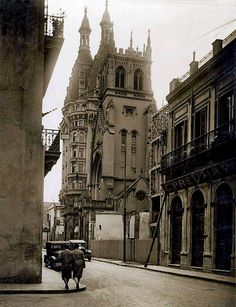 1931 - HdeArg - Caminando por la aún calle Belgrano y Bolívar, a una cuadra del bellísimo e impresionante Otto Wulff Architecture Old, Down South, Barcelona Cathedral, Big Ben, Travel, Cityscapes, Buildings, Antique Photos, Cities