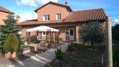Chalet B Warner Seseña Sesena Nuevo Situated in Seseña Nuevo in the Castilla-La Mancha Region, this detached holiday home features a terrace and a garden with a seasonal outdoor pool and a barbecue. Guests benefit from patio and a sun terrace. Free WiFi is offered .