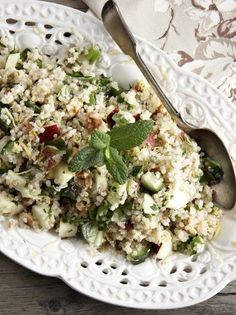 Σαλάτα ταμπουλέ με κινόα, μήλα και καρύδια - www.olivemagazine.gr Salad Bar, Risotto, Potato Salad, Salads, Potatoes, Ethnic Recipes, Food, Drink, Beverage
