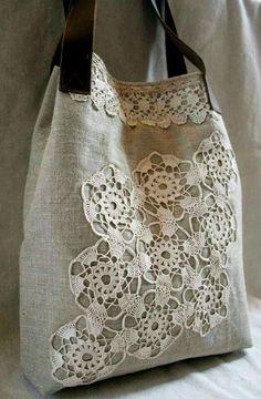 bolso de tela de lino y aplique de ganchillo o encaje.