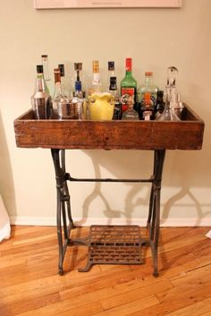 Most recent Cost-Free sewing table bar Suggestions Old sewing machine stand as a bar. I need an outdoor one! Singer Table, Singer Sewing Tables, Sewing Machine Tables, Antique Sewing Machines, Repurposed Furniture, Painted Furniture, Furniture Makeover, Diy Furniture, Bandeja Bar