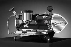 """Mit einem Espresso ausKees van der Westens """"Speedster"""" fängt der Tag zweifellos perfekt an. Die dynamisch gezeichnete Siebträgermaschine schlägt eine Brücke zwischen Retro und Zukunft – glänzender..."""