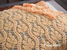Manta con ramas y pompones tejida a crochet