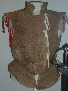 Justillo: Túnica amplia y corta de escote cuadrado. Vestido interior sin mangas que ciñe el cuerpo y no baja de la cintura.