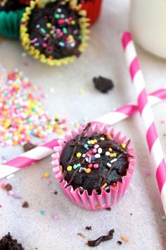 Double Chocolate Mini Cupcakes (Only need coconut flour! Healthy Treats, Yummy Treats, Sweet Treats, Healthy Desserts, Healthy Food, Healthy Eating, Chocolate Mini Cupcakes, Pink Chocolate, Yellow Cupcakes