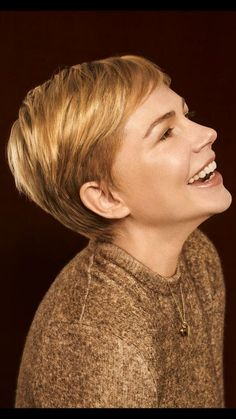 korter haar Michelle Williams in Vanity Fair, 2018 Short Pixie Haircuts, Pixie Hairstyles, Pretty Hairstyles, Short Hair Cuts, Short Hair Styles, Pixie Cuts, Vanity Fair, Black Pixie Cut, Super Short Hair