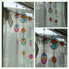 ステンドグラス風のアイテムが自宅で簡単に作れちゃいます。100均の材料とは思えないクオリティー。素敵なインテリアになること間違いないですね♡