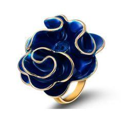 Bague en émail (Bleu foncé): Bague pimpante en alliage plaqué or avec émail bleu foncé, sous forme d'une rose bleue fleurissant. Au coeur de la rose, il y a un Cristal Autrichien bleu foncé rond. La conception romantique et la couleur exceptionnelle vous amènent dans une ambiance romantique.