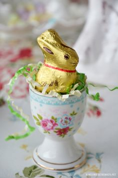 Easter table with mini Lindt chocolate bunny in egg cup Easter Table Settings, Easter Table Decorations, Easter Centerpiece, Centerpieces, Hoppy Easter, Easter Eggs, Lindt Chocolate Bunny, Chocolate Flowers, Diy Osterschmuck