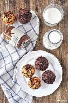 Muffins μπανάνας με σοκολατένια γέμιση σε 2 γεύσεις Chocolate Filling, Candy Shop, Sweet Tooth, Food Photography, Muffins, Chips, Cupcakes, Banana, Breakfast