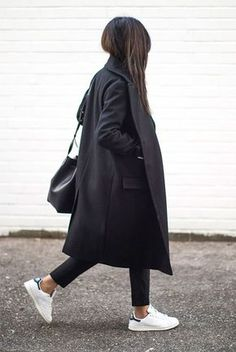 10 Simple Ways To Style A Long Coat Black long coat, a white shirt, black ankle pants, white sneakers, black sunglasses and a black bucket bag. Sneakers To Work, How To Wear Sneakers, Sneakers Mode, White Sneakers, Sneakers Fashion, Black Trainers Outfit, Fashion Boots, Superga Sneakers, Sneakers Style