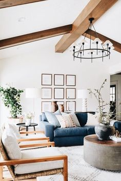 Classic living room design with large pendant light and plen Living Room Interior, Home Living Room, Living Room Furniture, Living Room Designs, Living Room Decor, Living Spaces, Raw Furniture, House Furniture, Furniture Sets