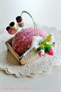 pin cushion in a wee basket Sewing Tools, Sewing Notions, Sewing Hacks, Sewing Kits, Fabric Crafts, Sewing Crafts, Sewing Projects, Diy Crafts, Club Couture