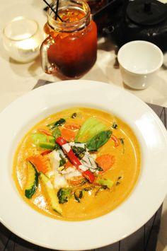 Araya's Vegetarian Place in Seattle, WA Basil Fried Rice, Tom Yum Soup, Fresh Spring Rolls, Thai Red Curry, Seattle, Stuffed Mushrooms, Vegetarian, Ethnic Recipes, Food