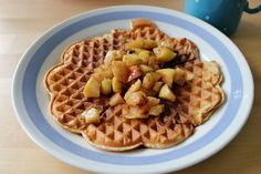 Huvilaelämää ja mökkiruokaa: Syntisen hyvät vohvelit omenilla ja mustikoilla