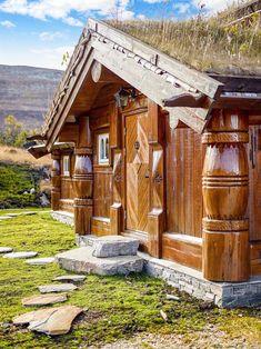 (14) HØGEVARDE - Påkostet fritidseiendom på solrik utsiktstomt 978 moh. - Norsk, håndlaftet og tradisjonsrik - Ny i 2008 og pent brukt - 234 kvm. med bl.a. flere stuer, 6 baderom, 5 soverom - Unik beliggenhet!   FINN.no Mountain Cottage, Real Estate, Cabin, House Styles, Home Decor, Google, Lily, Modern, Decoration Home