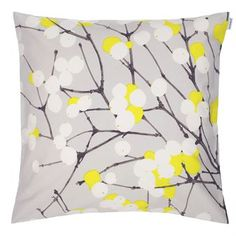 Marimekon Lumimarja-tyynynpäällistä on saatavana kahtena uutena sävynä, roosa ja harmaa, ja samat sävyt löytyvät myös kankaasta ja vahakankaasta. Yhdessä ne muodostavat täydellisen setin!