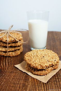 Owsiane ciasteczka z sezamem, słonecznikiem i siemieniem lnianym. Healthy cookies Glass Of Milk, Drinks, Food, Drinking, Beverages, Meal, Essen, Drink, Hoods