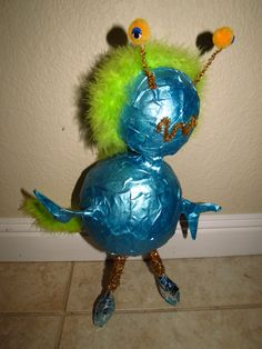 make your own alien out of paper mache Metallic Blue Paint, Alien Crafts, Alien Encounters, Paper Mache Projects, School Projects, Make Your Own, Paint Plastic, Crafts For Kids, Balloons
