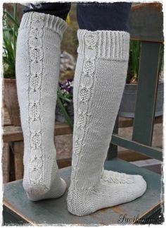 Lupaamani ohje . Vihdoin valmis. Ensin kudoin tummanharmaat sukat, malli syntyi siinä kutoessa. Näiden pohjalta... Easy Knitting, Knitting Socks, Crochet Socks, Knit Crochet, Knitting Projects, Knitting Patterns, Knee High Socks, Cool Socks, Leg Warmers