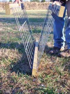 Goats, sheep and other small livestock often require special consideration when it comes to hay feeders. Learn how to build a hay feeder in 17 simple steps. Diy Hay Feeder, Goat Hay Feeder, Hay Feeder For Horses, Horse Feeder, Sheep Feeders, Goat Shelter, Sheep Shelter, Goat Playground, Goat Shed