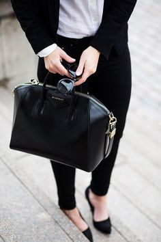 Givenchy Antigona Bag street style outfit / Designer work bag / street style fashion / work tote bag Source by fromluxewithlove bag street Trajes Business Casual, Business Casual Outfits, Business Attire, Fashion Sites, Fashion Bags, Women's Fashion, Fashion Handbags, Workwear Fashion, Looks Chic