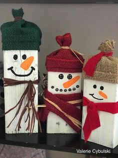 How cute are these little wooden snowmen!! Using upcycled wood you can create a few of these snowmen for winter and Christmas time. #winter #winterdecor #christmas #christmasdecor #snowman #snowmandecor #upcycledwood #woodblocks #woodsnowmen #craftbits