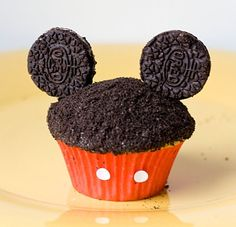 Mickey Mouse Oreo Cupcakes Tutorial and Tips - The UnCoordinated Mommy cupcakes anniversaire decoration licorne noël recette recipes cupcakes Köstliche Desserts, Delicious Desserts, Dessert Recipes, Yummy Food, Delicious Cupcakes, Mickey Mouse Cupcakes, Mouse Cake, Oreo Cupcakes, Cupcake Cakes