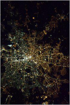 Mendebaldeko eta ekialdeko Berlin, gauez nola bereizten diren