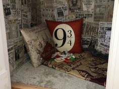 Dad Recreated Harry Potter's 'Cupboard Under The Stairs' For His Sons And It's Magical Harry Potter Bedroom, Harry Potter Decor, Harry Potter Hogwarts, Closet Under Stairs, Under Stairs Cupboard, Ravenclaw, Reading Nook Closet, Diy Stair Railing, Stair Storage