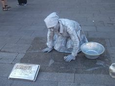 """""""A todas las mujeres que silenciosamente han construido la historia."""" - A statue of a woman scrubbing the floor, with a plaque in Spanish that in English translates to: """"To all the women who quietly made history. Real Women, Amazing Women, Intersectional Feminism, Sculpture, Women In History, People, The Past, The Incredibles, Tumblr"""