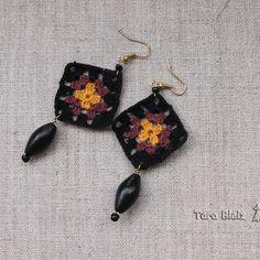 Boucles d oreilles carré granny jaune curry et rose mounbatten et noir,  perles de bois et perles en verre noir, métal doré e65601cf30d